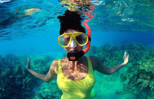 Почему в воде лучше видно в маске чем без нее